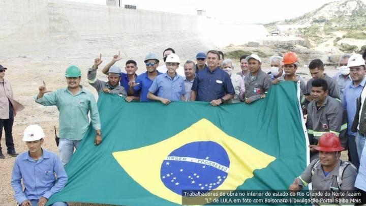 """""""L"""" de Bolsonaro? Trabalhadores fazem sinal em referência a Lula na foto com o presidente"""