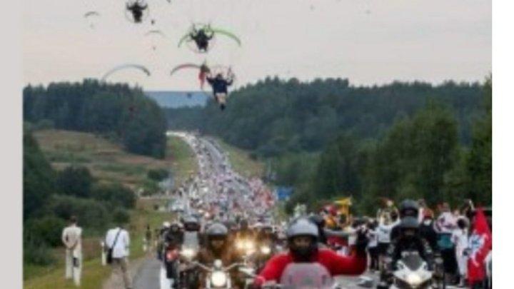 """Fake: Foto de """"motociata de  Bolsonaro"""" em 2021 é da Lituânia em 2020"""